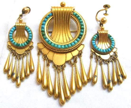 1018: 18K gold Victorian brooch and earring set with tu