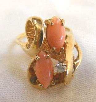 1025: 14K yellow gold ring set with pink coral and diam