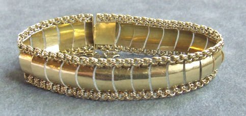 19: 14K yellow gold bracelet measuring 7 5/8 inches to