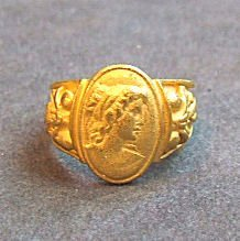 24: 24K yellow gold ladies ring with cast cameo decorat