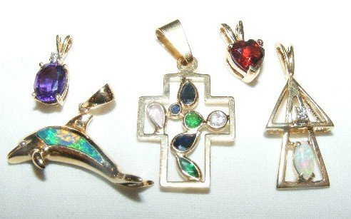 40: 14k gold pendants, 5 pieces, (2 are unmarked), 2 pu