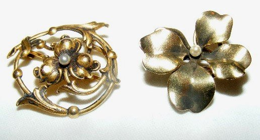 44: 2 floral pins 14k gold, both are marked. (3.5 DWT)