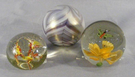 7R: Lot of 3 glass paperweights, unsigned art glass wei