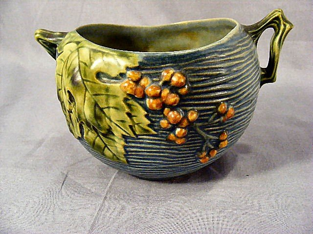 22A: Roseville Bushberry bowl. Crisp details, early pro