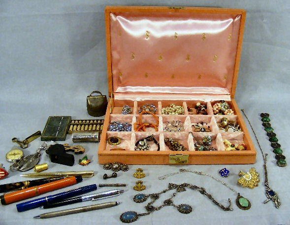 19Z: Lot of estate costume jewelry, fountain pens, etc.