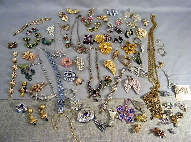 23Z: Rhinestone costume jewelry lot, pins, bracelets, n