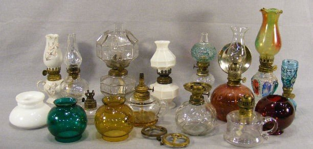 9Z: Lot of misc. miniature oil lamps and shades, porcel