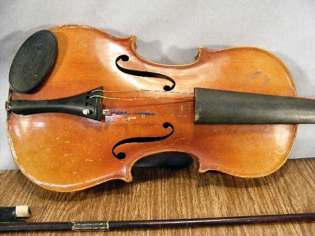 "23L: Estate violin & bow, no label, 22"" long - 2"
