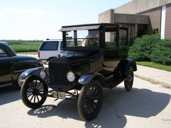7B: 1924 Ford Model T Tall 2dr Sedan