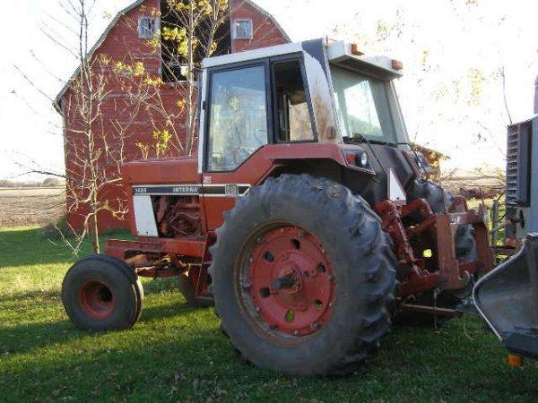 10R: International Farmall 1486 Cab Tractor - 2