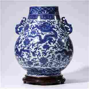 A CHINESE BLUE & WHITE PORCELAIN DRAGON VASE & STAND