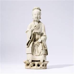 A CHINESE WHITE-GLAZE PORCELAIN FUGURE STATUE