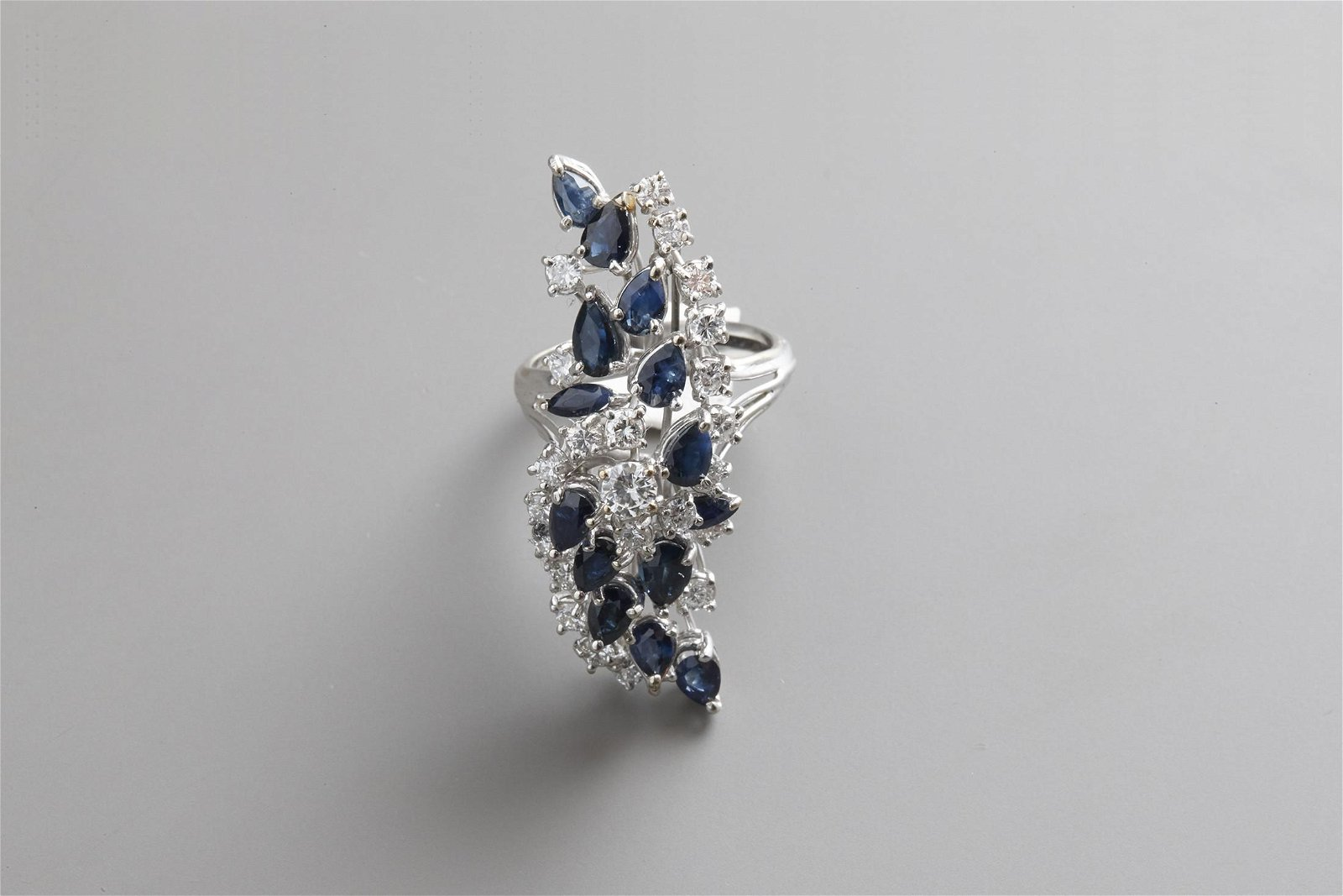 Ring in white gold with diamonds and sapphires