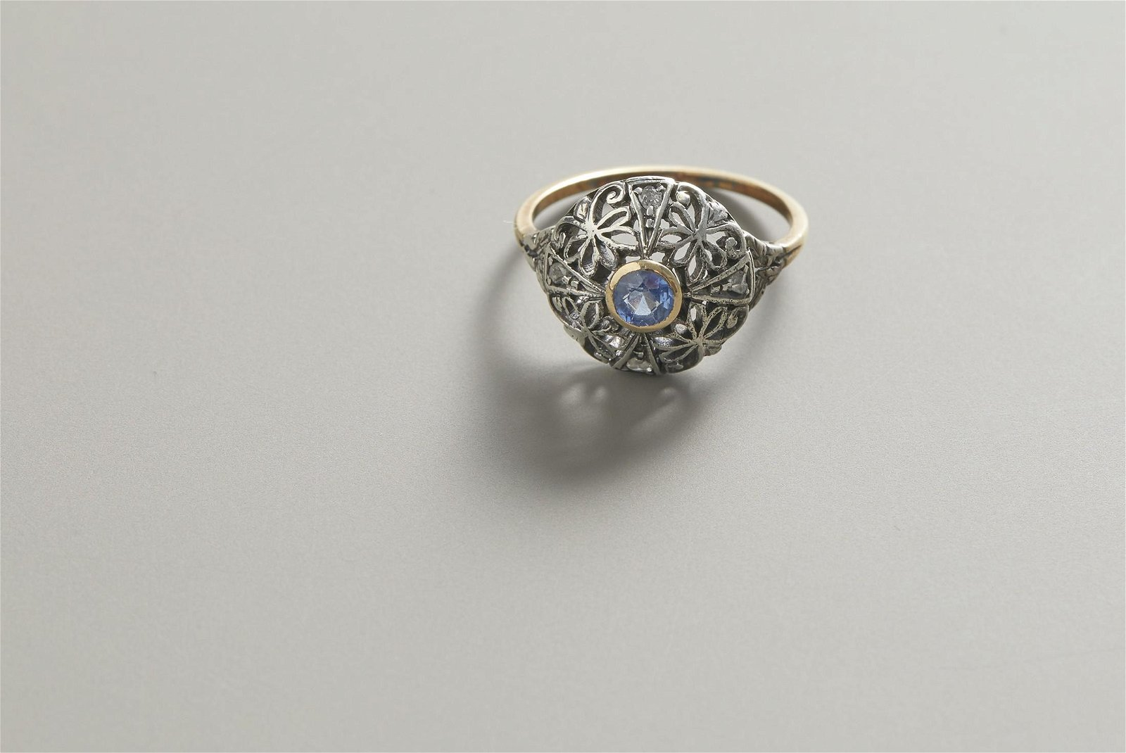 Ring in yellow gold and silver with sapphires and