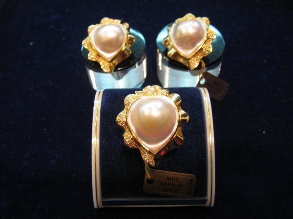 102: 1 SET PEARL RING AND EARRING SET WITH DIAMOND