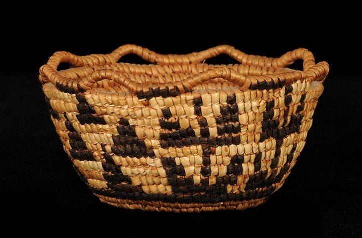 14: Klikitat Fully Imbricated Berry Basket ca. 1900 wit