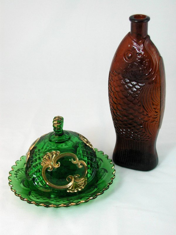 13: LOT AMBER, EMERALD MOULDED GLASS BOTTLE DISH
