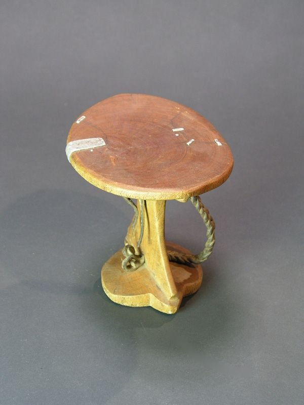 989: AFRICAN WOOD HEAD REST