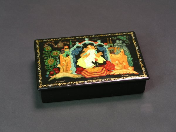 1006: RUSSIAN LACQUER DECORATED HINGED RECTANGULAR BOX