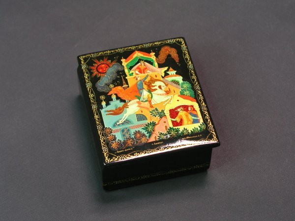 1008: RUSSIAN LACQUER DECORATED HINGED RECTANGULAR BOX