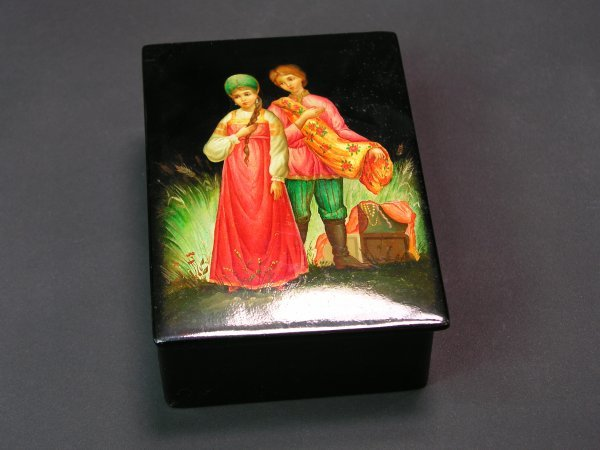 1009: RUSSIAN LACQUER DECORATED HINGED RECTANGULAR BOX