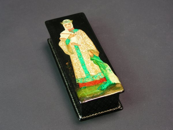 1010: RUSSIAN LACQUER DECORATED HINGED RECTANGULAR BOX