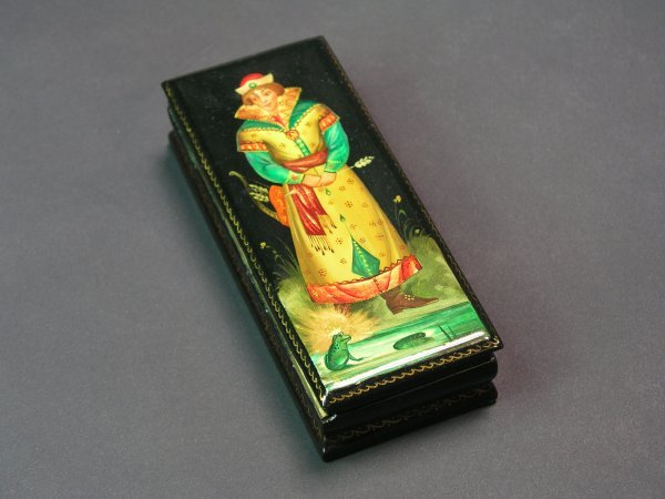 1012: RUSSIAN LACQUER DECORATED HINGED RECTANGULAR BOX