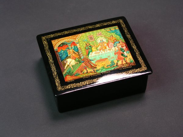 1016: RUSSIAN LACQUER DECORATED HINGED RECTANGULAR BOX