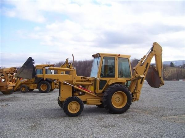 22: FORD 555 B LOADER BACKHOE 4WD/CAB/VERY CLEAN