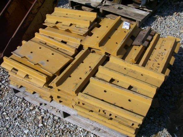 17: PALLET OF TRACK PADS (CAT 955L/JD 755 A/ 755 B)