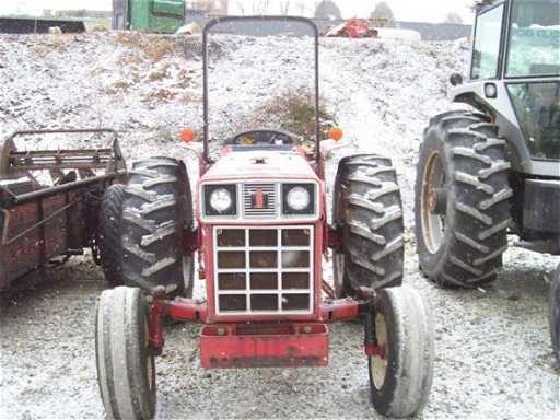 24 584 INTERNATIONAL FARM TRACTOR WITH ROLL BAR