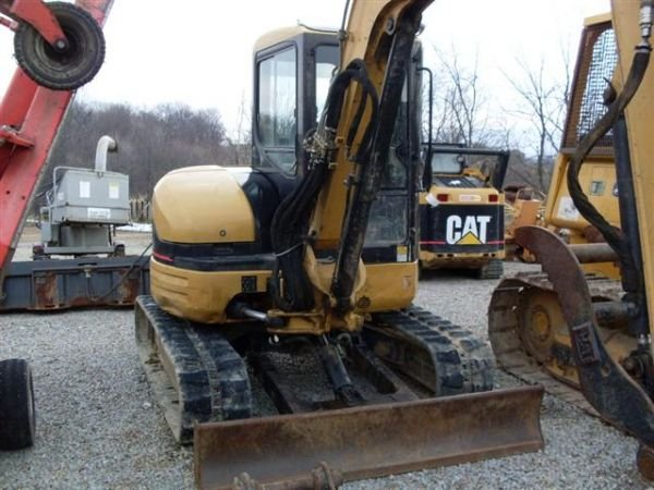 120: 03' CAT 304CR MINI EXCAVATOR W/CAB/HEAT/AIR/THUMB