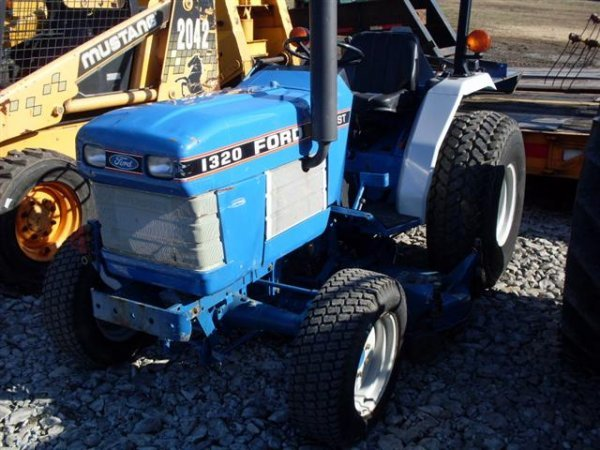 185A: FORD NEW HOLLAND 1320 4WD TRACTOR W/BELLY MOWER - 3