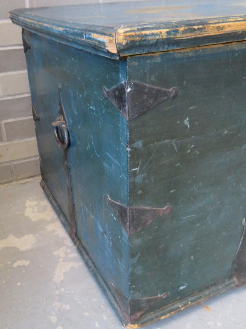 Blanket box in original blue paint and rust colored - 4