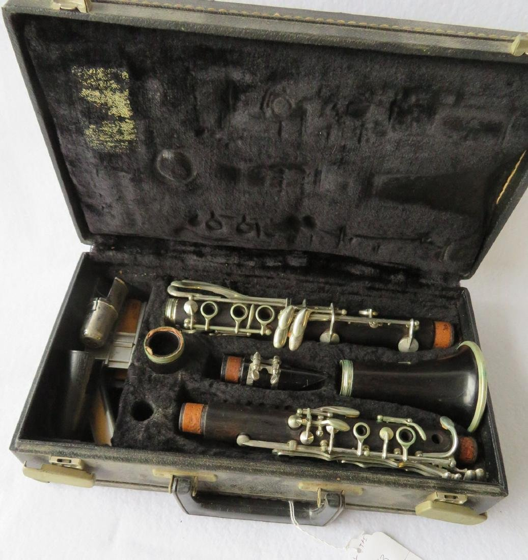 Clarinet - Signed Philipe in a dark wood. Comes with - 4