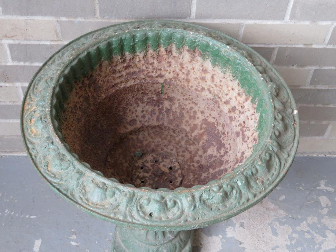 Cast iron garden urn, profusely decorated with flowers - 3