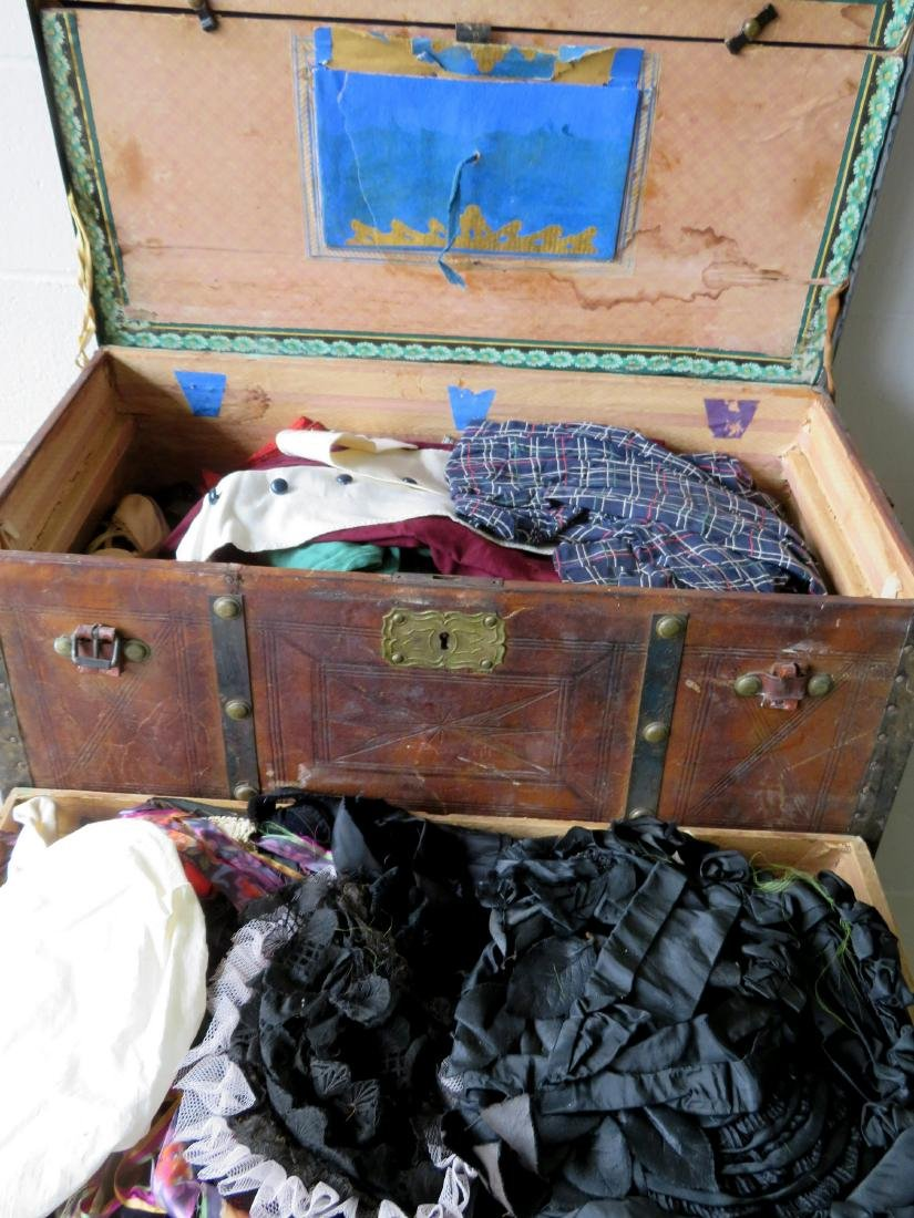 Stagecoach trunk with vintage textiles and bonnets - - 3