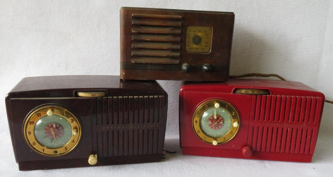 Four old radios including a Zenith radio/record player - 5