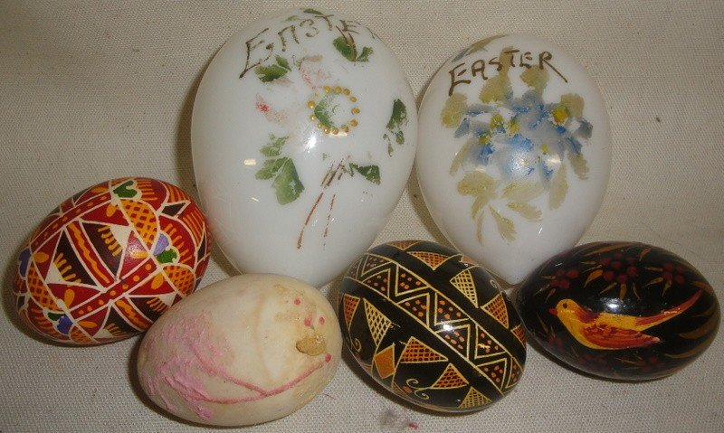 184: Grouping of five Easter eggs inc. two handblown an