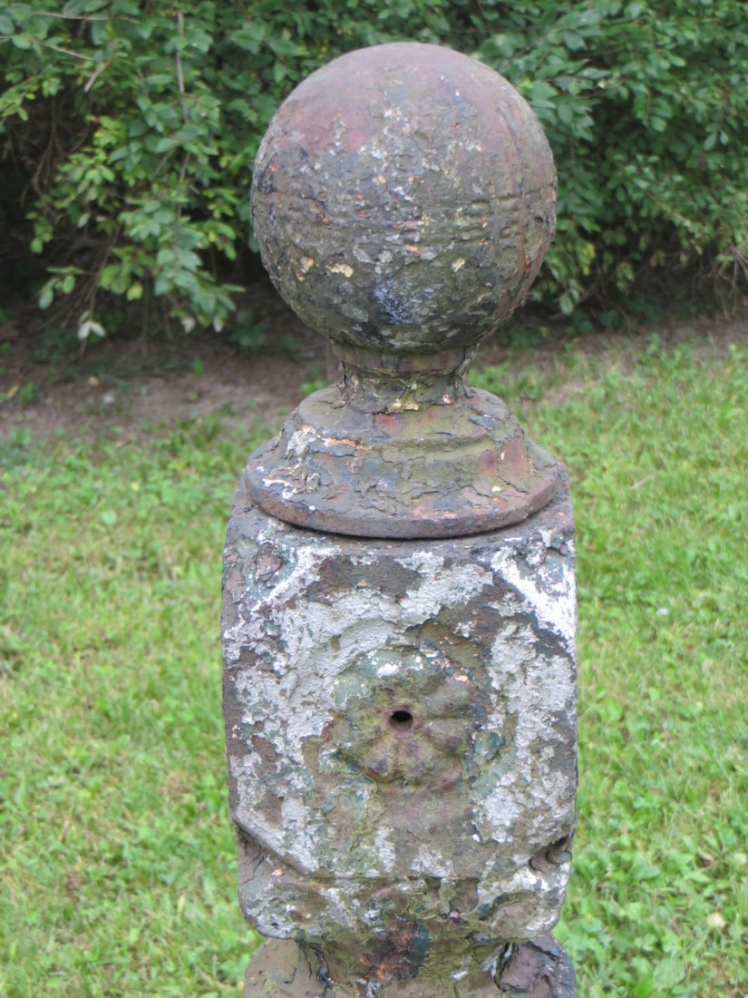 Pair of matching cast iron gate posts, traces of old pa - 2