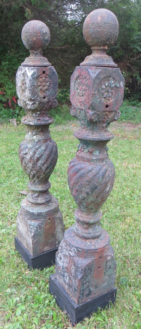 Pair of matching cast iron gate posts, traces of old pa - 4