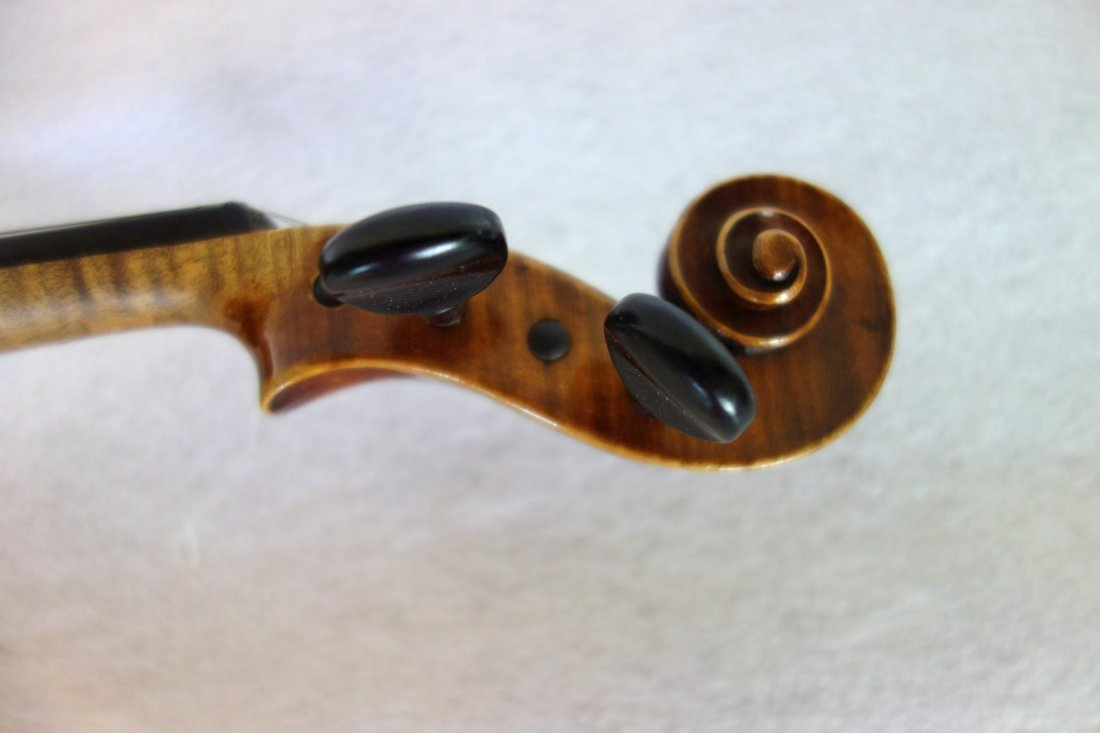 Straduari tiger maple violin with 2 bows. - 7