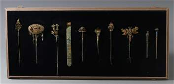 A SET OF CHINESE SILVER GILT CARVED HAIR PIN AND