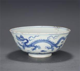 A CHINESE BLUE AND WHITE PORCELAIN DRAGON PATTERN BOWL