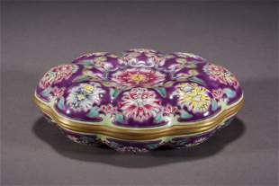A CHINESE FAMILLE ROSE PORCELAIN LIDDED BOX