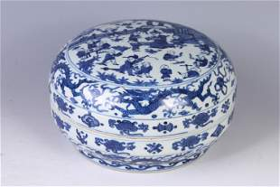 A CHINESE BLUE AND WHITE PORCELAIN ROUND BOX WITH COVER