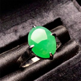 A CHINESE CERTIFIED NATURAL GREEN JADEITE WOMEN'S RING