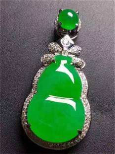 A CHINESE NATURAL 18 K GOLD GREEN GOURD PENDANT