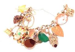 118: 10 kt. Yellow gold charm bracelet in an open curb