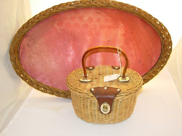 1006: Wicker double handled serving tray *note base wor